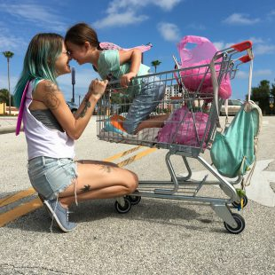 Zwei Engel sehen lila – Bria Vinaite und Brooklynn Kimberly Prince in The Florida Project